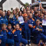 Siegerfoto Stadtwettbewerbe Jugendfeuerwehr mit Siegerurkunde